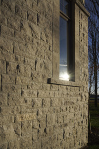 Mosa Walling in Light Grey and Essex Blend – Accessories in Light Grey: Rock Face Sill